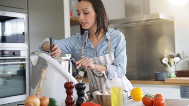 femme qui fait une recette avec un thermomix